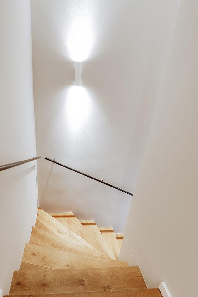 Rodzaje i właściwości nakładek na schody drewniane